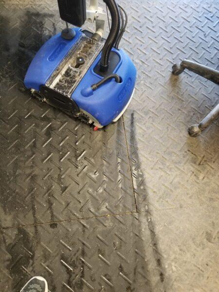 Lavage d'un plancher de caoutchouc avec la Turbo Mop de Nacecare