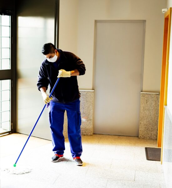 Laver les plancher avec un chaudière et tordeur